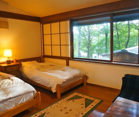 客室の大きな窓からは豊かな自然が一望できます。
