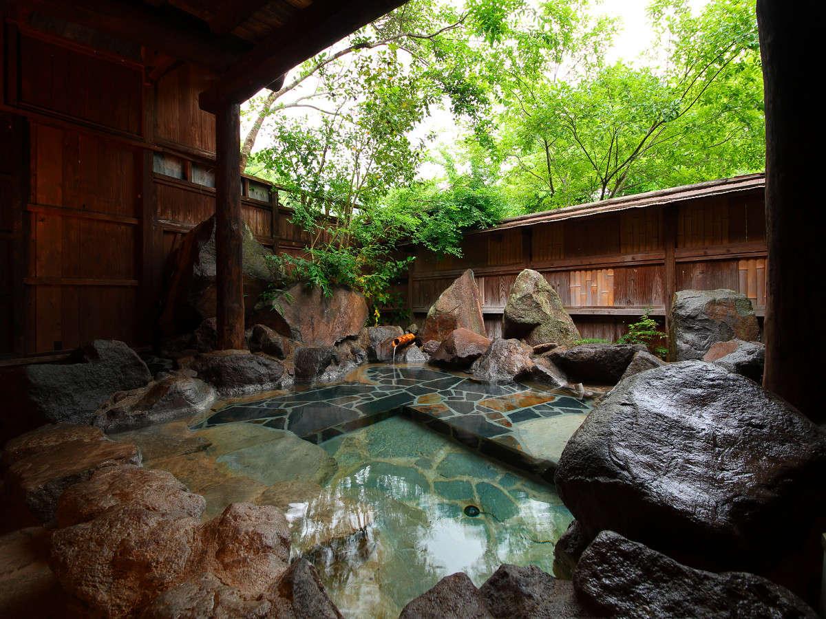 緑の木々を眺めつつ入浴できる貸切露天