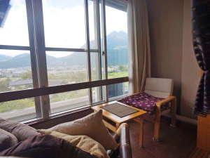 バリ島の家具が入った客室ソファーからは由布岳が楽しめる