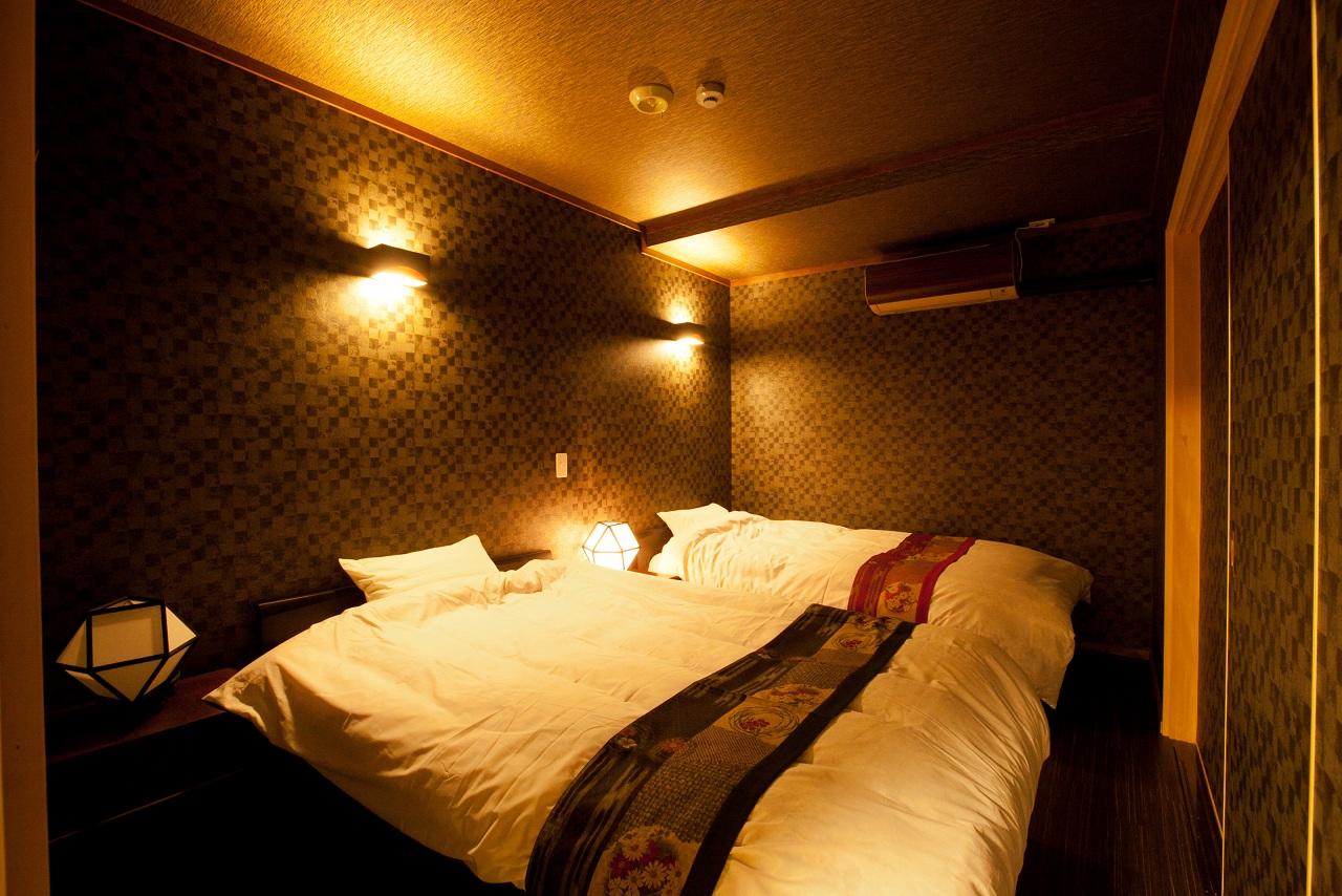 別室のベッドルームはツインベッドでゆったりと