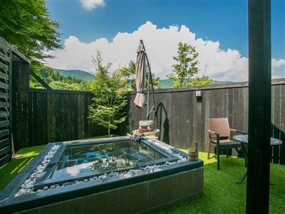 客室「龍馬」に備わる露天風呂は解放感抜群