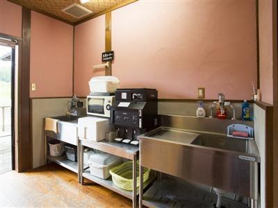 宿泊棟の入り口には、電子レンジや洗い場など共用の炊事場があり自由に利用