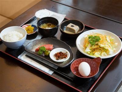 カウンターと小上がりの座敷を備えた食事処で頂く朝食。