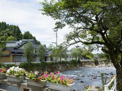 芹川沿い。四季折々の風景を眺めながら長湯温泉街を散策