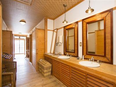 廊下には共用の洗面所とトイレ完備