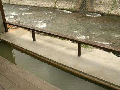 姉妹館「万象の湯」川のせせらぎを聞きながら足湯も堪能