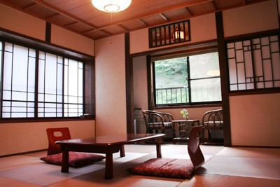 ピンクの琉球畳が可愛らしい客室
