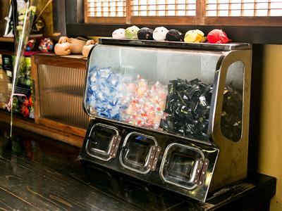 レトロなどこか懐かしい空間のロビーには、キャンディーコーナー