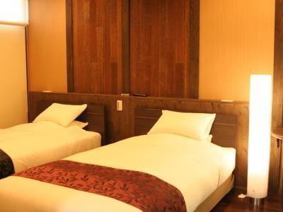 全室シモンズのセミダブルベッドを2つご用意しています。