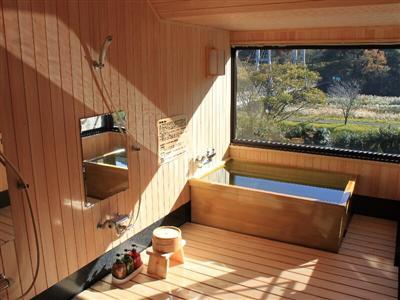 本館、離れ、特別室の全客室に檜風呂が付いている