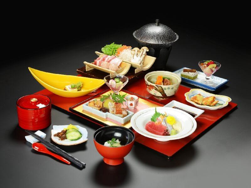 薩摩赤鶏と鹿児島黒豚を白味噌仕立ての鍋で味わえる「はなぶさ会席」