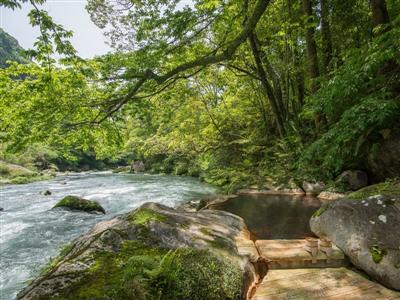野天風呂「涼の木」では、天降川のせせらぎを間近で感じながら温泉を楽しむ
