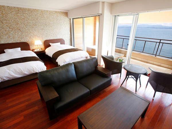 【露天風呂付き客室の客室部分】良質なシモンズのベッドを使用しています