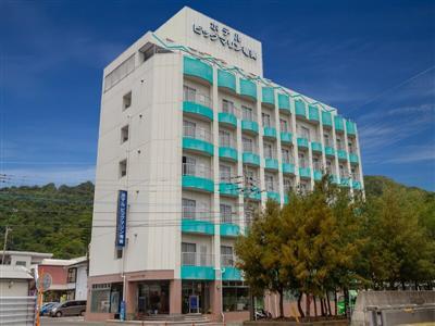 奄美空港から車で50分、名瀬新港からは車で1分の立地に佇むホテル