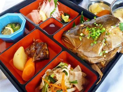 「あさばな和膳」は、奄美で獲れた高級魚や、黒豚を使った郷土料理が楽しめ