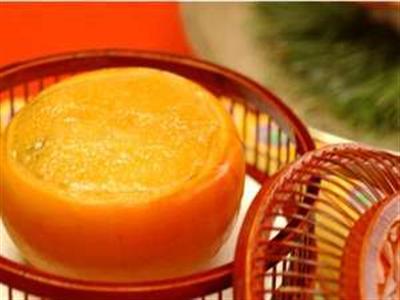 果物の柿を器にして中に海のカキを入れて焼き上げた冬季ならではの逸品!