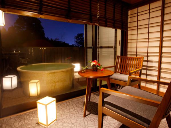 【露天風呂付和室】露天風呂と室内洗い場は畳敷き!