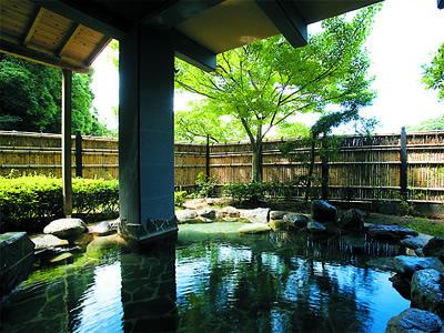 緑鮮やか。開放的な露天風呂。