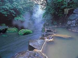 天降川沿いの四季を感じながら,温泉に浸かる心地よさを体感