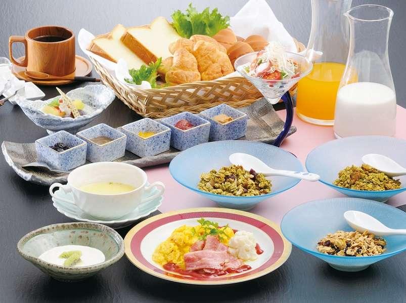 【ご朝食一例】鳥のさえずりを聞きながらの朝食も休日ならでは。
