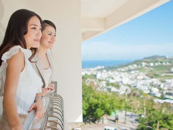 高台に位置するホテルからは広大なロケーションが臨めます。
