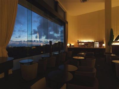 美味しいカクテルを飲みながら、沖縄の街の夜景に酔いしれる