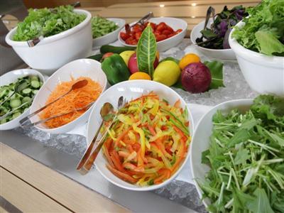自社農園で取れた新鮮野菜が並ぶ朝食で体の中からきれいに