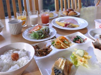 朝食一例/朝日にきらめく川とジャングルの眺めが美しいレストランにて。