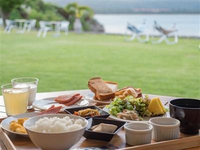 地元の恵みがたっぷりの朝食と共に味わう、西表島のジャングルビュー