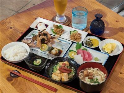 西表島の自然を満喫した後は、地元の食材をたっぷり使った定食を