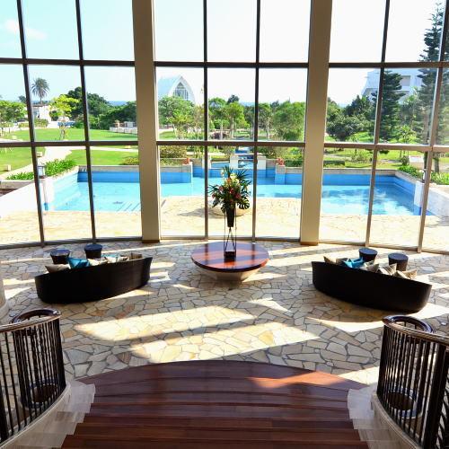 ガーデンを望む鮮やかな眺めを生かした、ロビーの開放的な空間