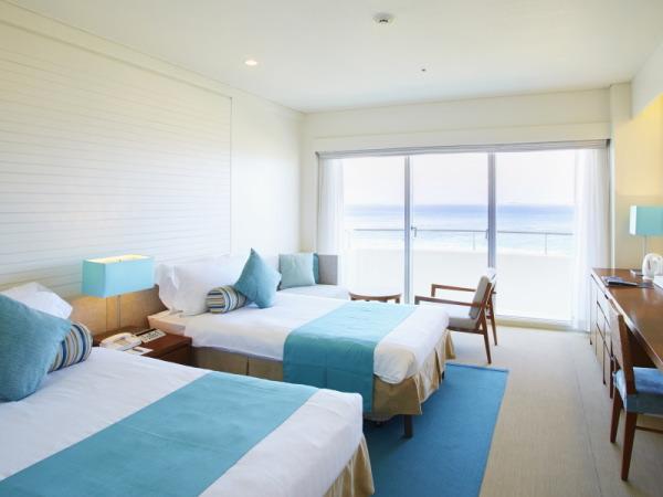 全室オーシャンビューの客室は白とブルーを基調にした、明るい室内。