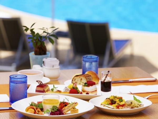 オープンカフェスタイルの朝食は、遠くに海を望みながらリゾートらしく