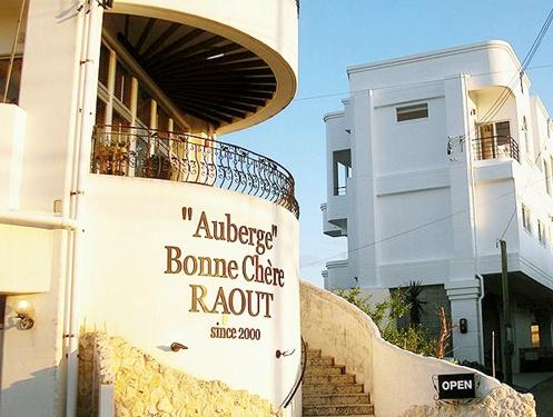 人気のリゾート地、恩納村に佇むオーベルジュ。地中海風料理が好評の隠れ家