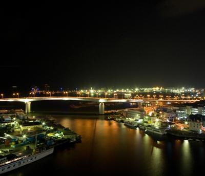 昼はハーバービュー、夜は那覇港の夜景を楽しんで