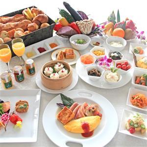 朝食は和洋中・沖縄料理など80種類の豊富なブッフェが楽しめます