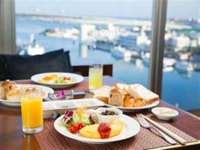 那覇市街地にありながら、海が見られる朝食会場