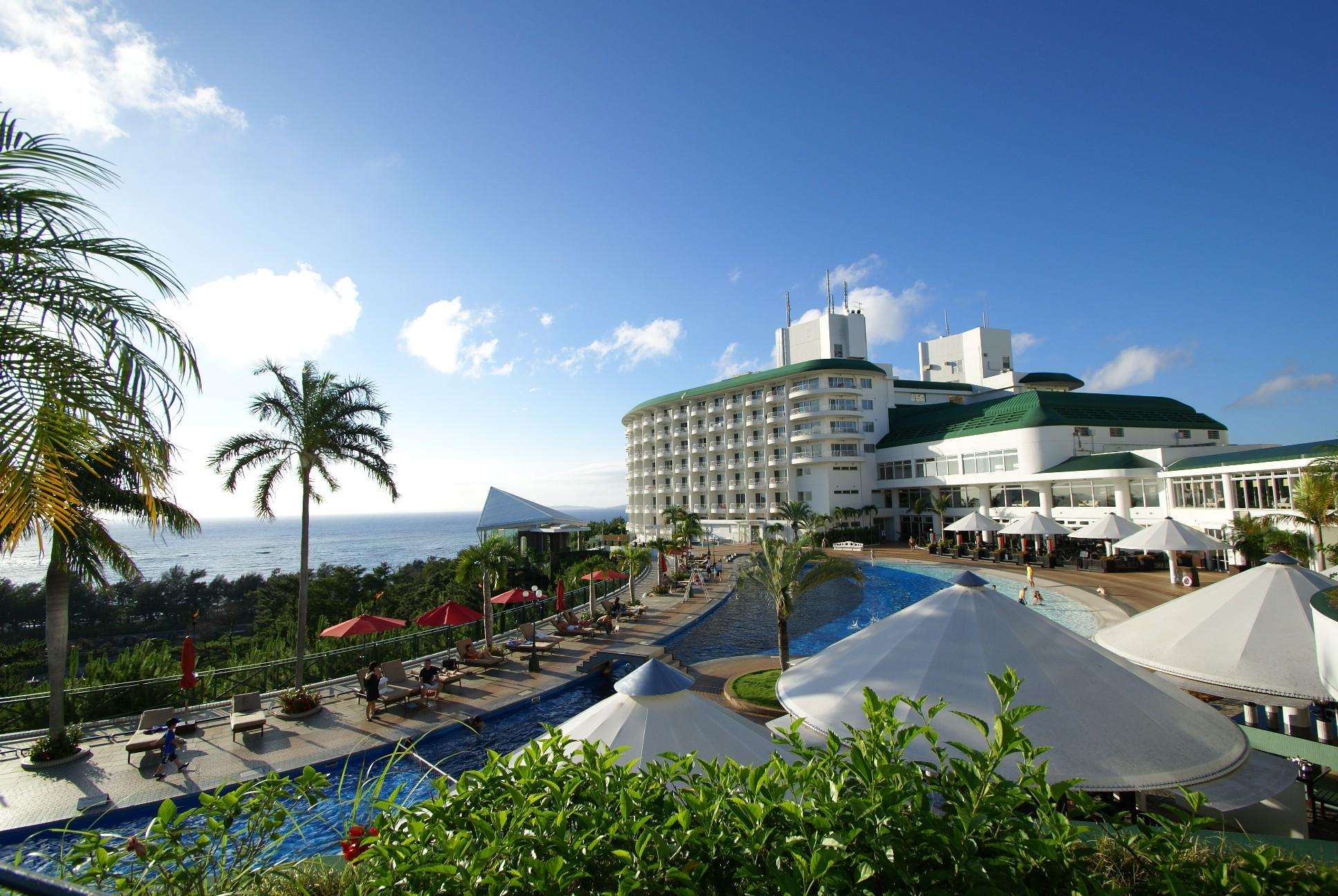ビーチに海を望むプール、スパや2つの大浴場など施設充実の大型リゾート