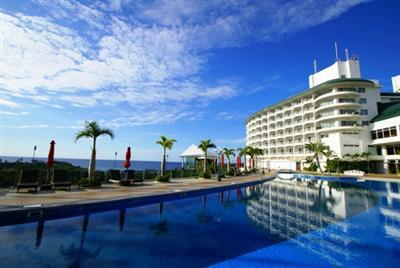 東シナ海を一望できる傾斜のある屋外プールでアクティブに楽しむ