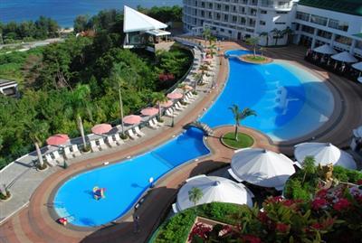 東シナ海を一望できる傾斜のある屋プールでアクティブに楽しむ