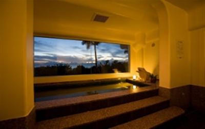 東シナ海を眺めながら体を温める、大展望風呂