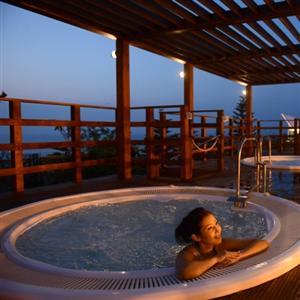 屋外と屋内にプール、ジェットバスとブロアーバスがあり宿泊者ご利用無料