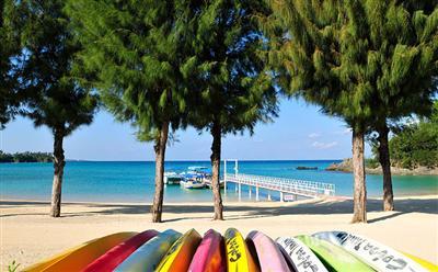 徒歩約10分にプライベートビーチがあり、無料シャトルバスが運行している
