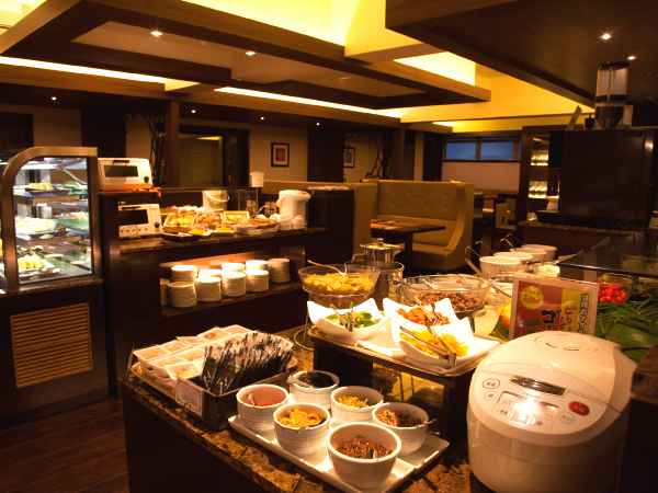 9種類を揃えた朝食バイキング。地元沖縄の新鮮野菜を使用した料理が人気