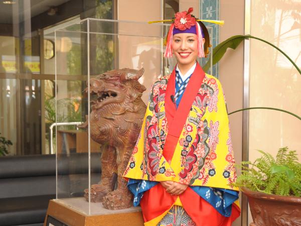 毎日17:00~19:00の間、琉球衣装でお出迎え。記念撮影もできます