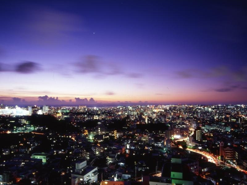 那覇の高台にあり。綺麗な夜景を一望できます。