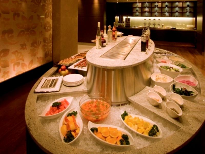 50種類以上の豊富なメニュー。沖縄料理もそろえています。