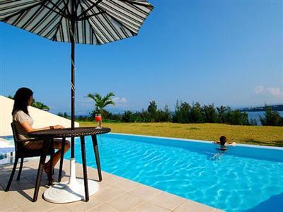 プライベートな空間でプールと目の前に広がる海をご堪能ください