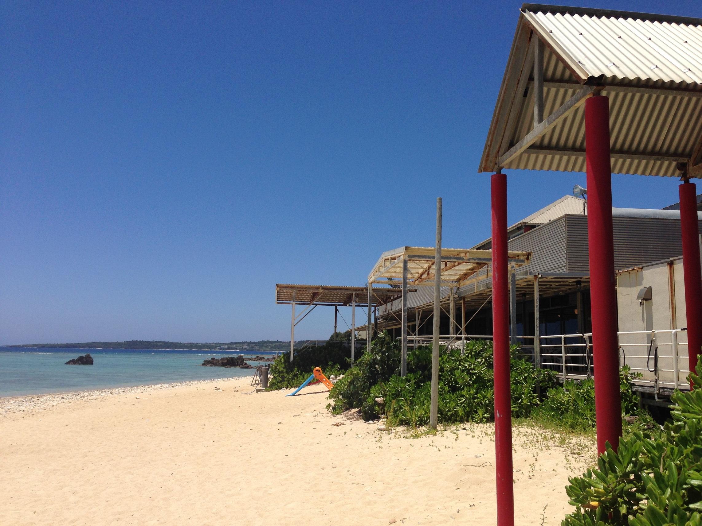 ホテル、レストラン棟前は砂浜の上!まさにオンザビーチ!
