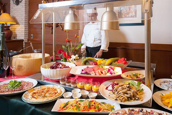 ディナーは和洋折衷8つのレストランから選べる